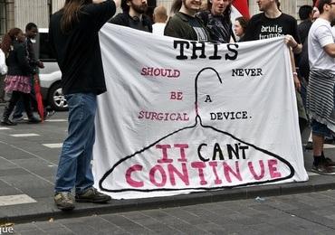 Ber Menneskerettighetsrådet kritisere abortforbud